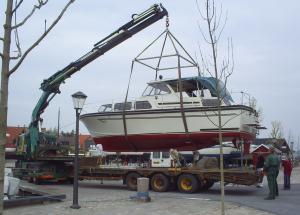 Kran løfter båd