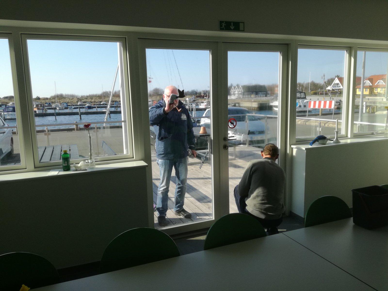 Forårsrengøring i Havnehuset - Vinduer pudses