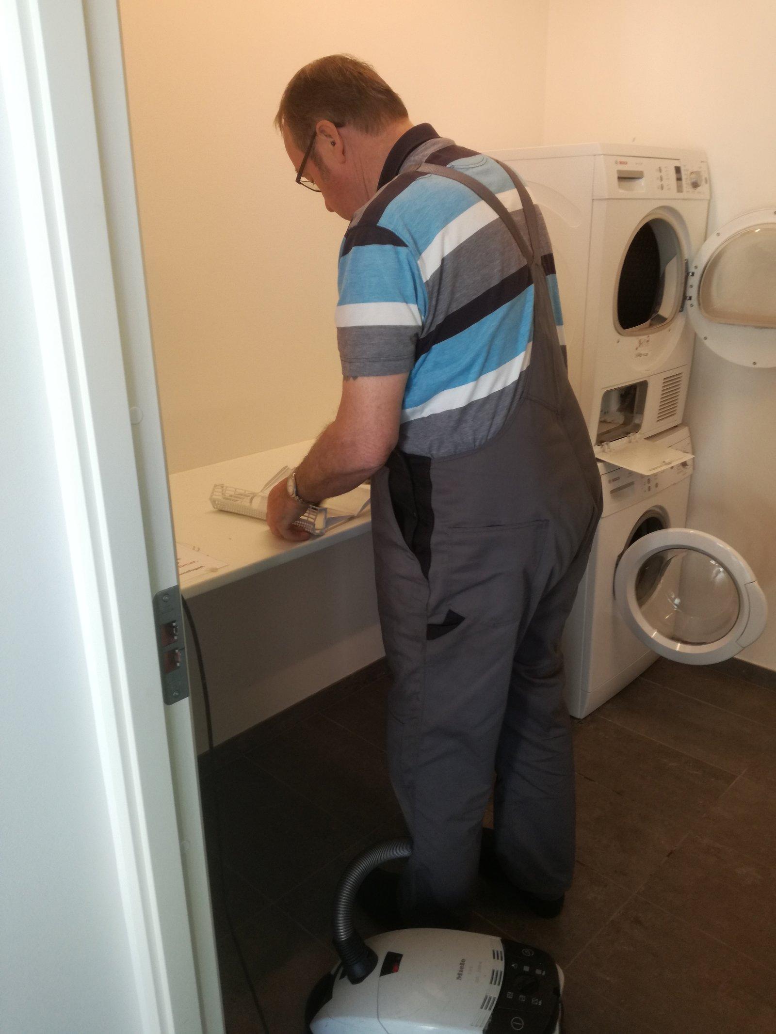 Forårsrengøring i Havnehuset - vaskesøjler renses